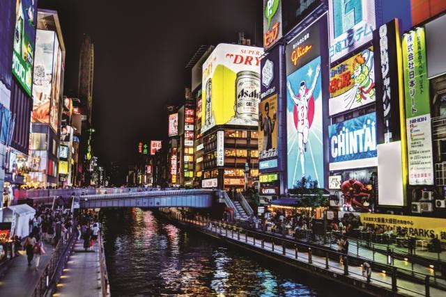 <br />  (撮影)Headline編集長 中野 哲也 PENTAX K-S2使用(A-HDR撮影) <br />   (【尾灯】写真) RICOH Quarterly HeadLine Vol.16 2017夏 <br /> <br />  大阪出張の際には、梅田を中心とする「キタ」での仕事が多い。このエリアは高層ビルが立ち並び、東京とあまり変わらない。だが、「ミナミ」に向かうと景色が変わり、懐かしい街並みも健在。道頓堀のグリコマークはいつも元気をくれる。さらに南の新世界・通天閣の周辺は「昭和」のまま。先日は久しぶりに「なんばグランド花月」まで足を伸ばし、漫才や新喜劇を堪能した。場内は爆笑の連続だが、もし東京で観てもこんなには楽しめないかも。お客さん同士の会話が面白過ぎるし、上演中の素晴らしいノリが芸人の潜在能力をフルに引き出すからだ。こんなこと書いていると、「なんで東京の人はカッコつけんねやろ、つべこべ言わんと楽しんだらええのに!」とツッコミが入るかな…(N)